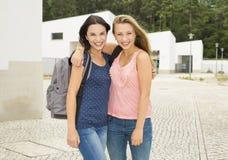 2 красивых подростковых студента стоковое фото