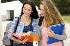 2 красивых подростковых студента стоковые изображения