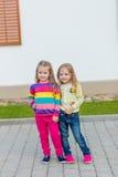 2 красивых подруги представляя в саде Стоковое Фото