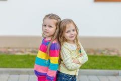 2 красивых подруги представляя в саде Стоковые Фотографии RF
