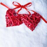2 красивых романтичных винтажных красных сердца совместно на белой предпосылке зимы снега Влюбленность и концепция дня валентинок Стоковые Фотографии RF