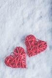 2 красивых романтичных винтажных красных сердца совместно на белой предпосылке снега Стоковые Изображения RF