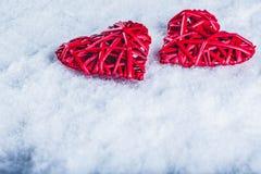 2 красивых романтичных винтажных красных сердца совместно на белой предпосылке снега Влюбленность и концепция дня валентинок St Стоковые Фото