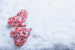 2 красивых романтичных винтажных красных сердца совместно на белой предпосылке снега Влюбленность и концепция дня валентинок St Стоковые Изображения RF