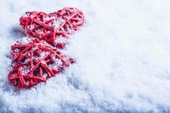 2 красивых романтичных винтажных красных сердца совместно на белой предпосылке снега Влюбленность и концепция дня валентинок St Стоковые Изображения