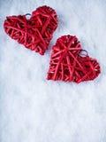 2 красивых романтичных винтажных красных сердца совместно на белой предпосылке зимы снега Влюбленность и концепция дня валентинок Стоковая Фотография