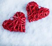 2 красивых романтичных винтажных красных сердца совместно на белой предпосылке снега Влюбленность и концепция дня валентинок St Стоковая Фотография RF
