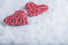 2 красивых романтичных винтажных красных сердца совместно на белой предпосылке снега Влюбленность и концепция дня валентинок St Стоковые Фотографии RF