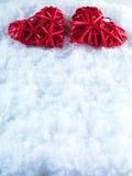 2 красивых романтичных винтажных красных сердца совместно на белой предпосылке зимы снега Влюбленность и концепция дня валентинок Стоковые Изображения RF