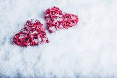 2 красивых романтичных винтажных красных сердца совместно на белой предпосылке снега Влюбленность и концепция дня валентинок St Стоковое Изображение RF