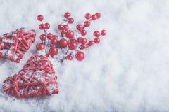 2 красивых романтичных винтажных красных сердца с ягодами омелы на белом снеге Рождество, влюбленность и концепция дня валентинок Стоковое Изображение RF