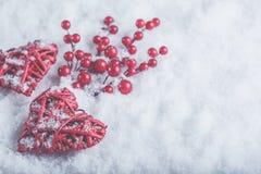 2 красивых романтичных винтажных красных сердца с ягодами омелы на белом снеге Рождество, влюбленность и концепция дня валентинок Стоковая Фотография RF