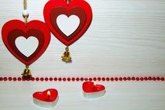 2 красивых романтичных сердца, горящих свечи и красные шарики Sy Стоковое Изображение