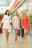 3 красивых друз в торговом центре Стоковое фото RF
