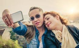 2 красивых друз делая selfie Стоковая Фотография RF