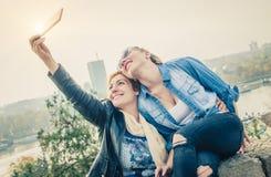 2 красивых друз делая selfie Стоковые Изображения