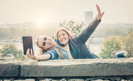 2 красивых друз делая selfie Стоковое фото RF