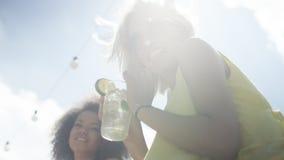 2 красивых друз имея потеху во время каникул Стоковая Фотография