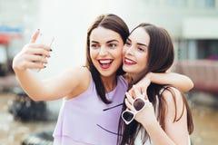 2 красивых сестры делают selfie на улице Стоковая Фотография