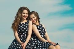 2 красивых сестры девушки Стоковые Изображения