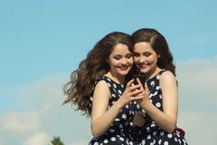 2 красивых сестры девушки Стоковое Фото