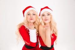 2 красивых симпатичных близнеца сестер посылая поцелуи Стоковые Фотографии RF