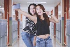2 красивых студента принимая фото selfie Стоковое Фото