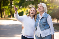 2 красивых счастливых женщины беседуя в парке Стоковая Фотография
