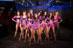 10 красивых танцовщиц в фиолетовый представлять костюмов Стоковое Изображение