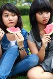 2 красивых усмехаясь маленькой девочки есть арбуз Стоковые Фото