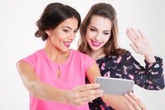 2 красивых усмехаясь молодой женщины делая selfie используя мобильный телефон Стоковые Фото