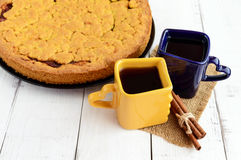 2 красивых чашки & x28; синий и yellow& x29; с кофе, чаем и свеже испеченным домодельным тортом Стоковые Фото