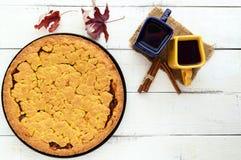 2 красивых чашки & x28; синий и yellow& x29; с кофе, чаем и свеже испеченным домодельным тортом с абрикосом Стоковое Изображение RF