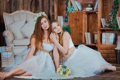 2 красивых чувственных невесты сидя в годе сбора винограда стоковые фото