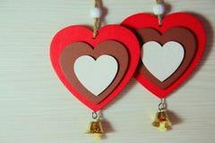 2 красивых ярких деревянных сердца на светлой предпосылке с a Стоковые Фотографии RF