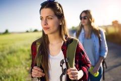 2 красивых hikers дам идя на дорогу Стоковые Фото