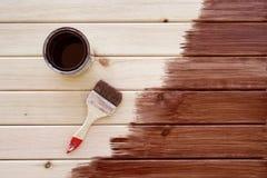 Красить деревянную полку используя paintbrush Стоковые Фотографии RF