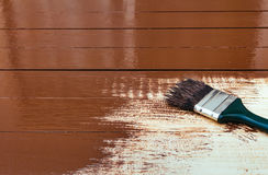 Красить деревянный стол используя paintbrush Стоковые Фотографии RF