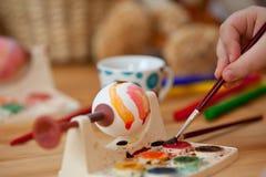 Красить пасхального яйца Стоковая Фотография