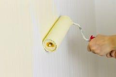 Красить стену в комнате Стоковые Фото