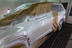Красить части тела автомобиля двери и белого крыла водителя в будочке брызг в ремонтной мастерской тела; другие элементы ar стоковое фото rf