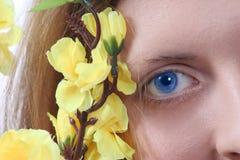 красит милый желтый цвет девушки Стоковые Изображения