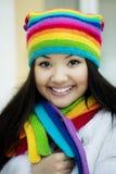 красит шарф радуги шлема девушки Стоковая Фотография RF
