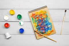 Краска акварели гуаши Paintbrush чертежа на бумаге Стоковые Фото