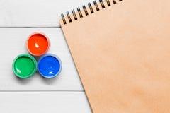 Краска акварели гуаши Paintbrush чертежа на бумаге Стоковое Изображение RF