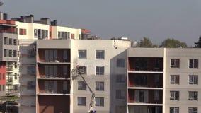 Краска брызга человека работника термальная белая на стене нового дома акции видеоматериалы