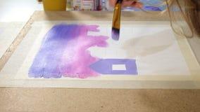 Краска 2 взрослых женщин с покрашенными акрилами в конце художественного училища вверх