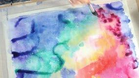 Краска взрослых женщин с покрашенными красками акварели в конце художественного училища вверх
