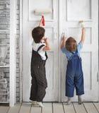 Краска 2 детей внутри помещения стоковое фото rf