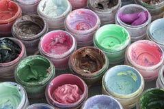 Краска масла в круглых контейнерах Стоковое Изображение RF